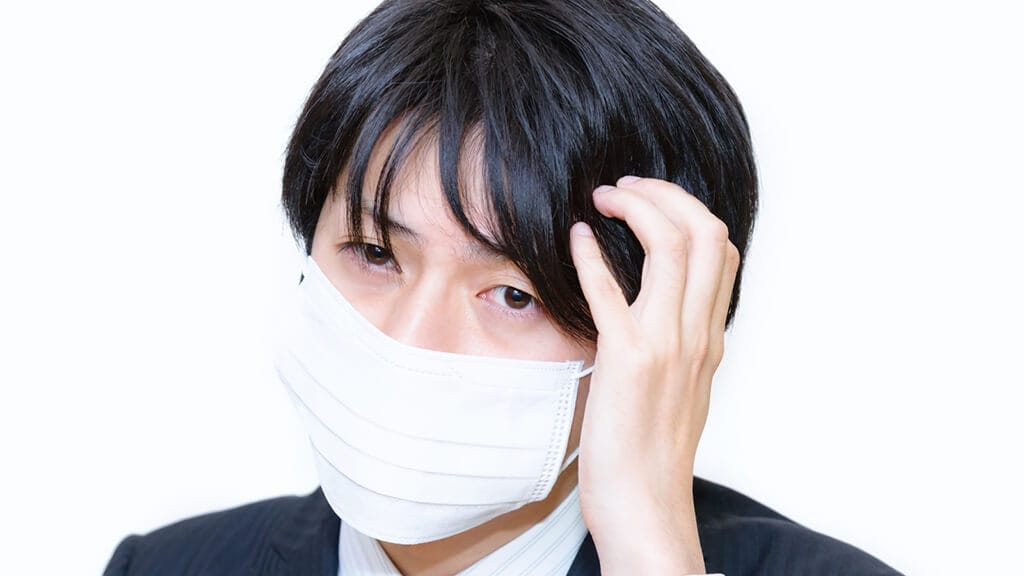 マスクをつけている男性