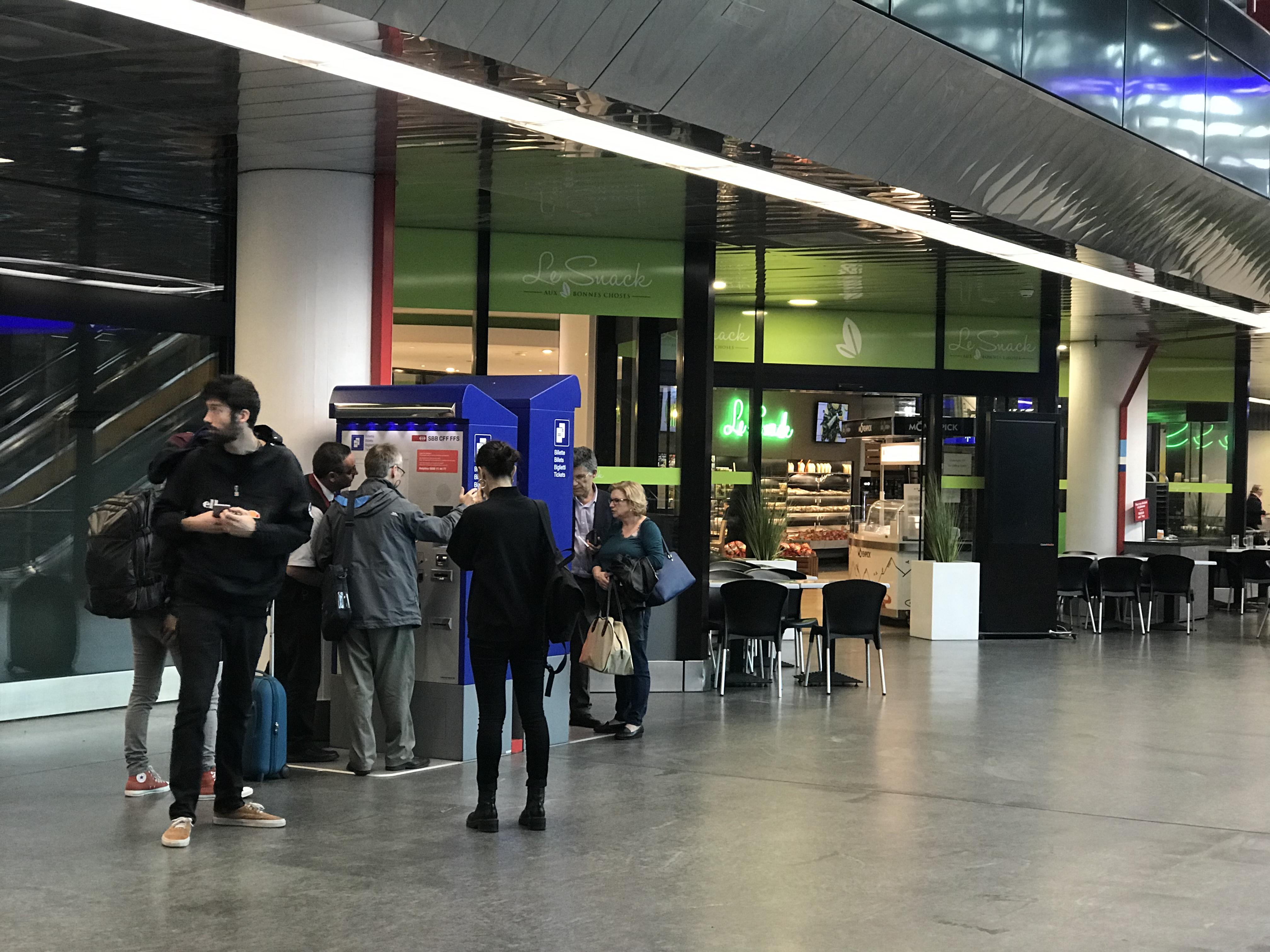 駅で切符を買う人々